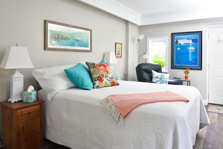 Armchair Sailor Private Suite, near harbor & town
