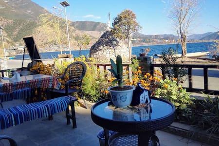 泸沽湖边一线黄金湖景房,房间宽大舒适,设施齐全,超大院子,可以停车,提供美食 - Liangshan - 精品酒店