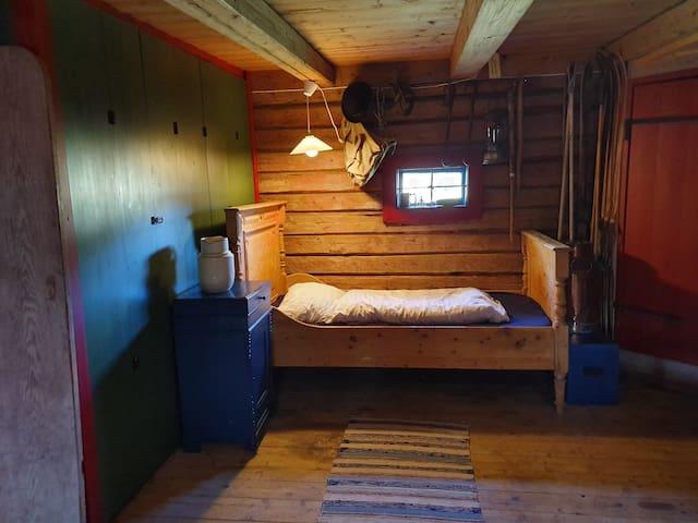 Seng 2 i stort rom nede. 100 cm bred og 187 cm lang. I tillegg har vi en gulvseng tilgjengelig på dette rommet, denne er 90 cm bred og 200 cm lang.