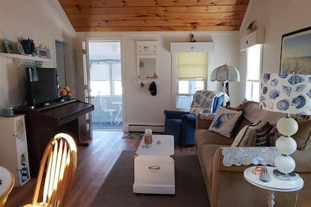 Cozy Beach Cottage, prime location!