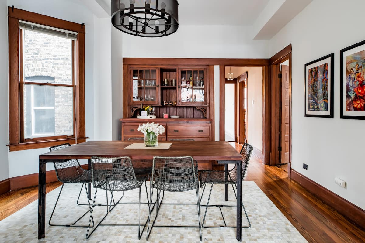 Sunny Apartment Just 2 Blocks from Wrigley and Boystown