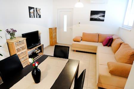 Apartment Juraj for 4 person, close to the beach - Petrčane - Appartement