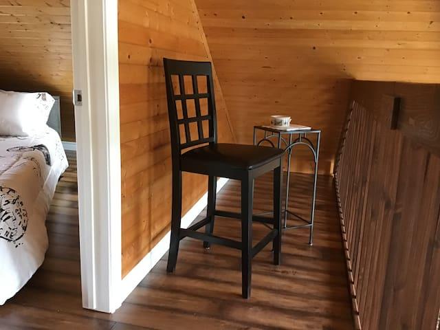 Assoyez-vous pour admirer l'extérieur, en prenant un rafraîchissement ou un bon café sur la mezzanine.