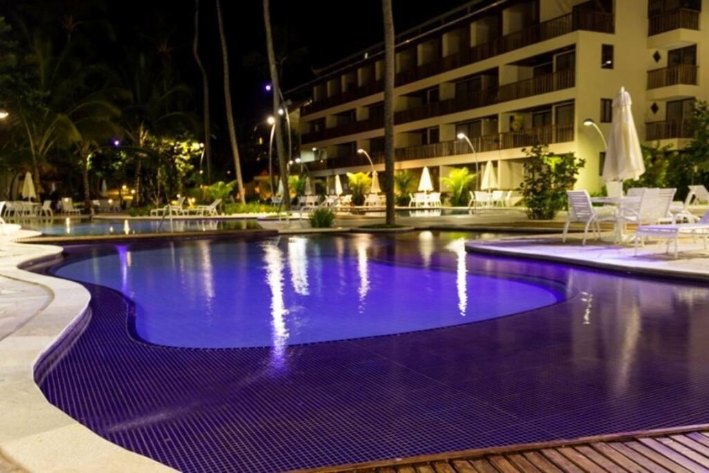 Vista noturna das piscinas do Condomínio