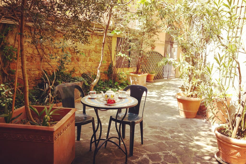 Lovely courtyard, perfect for reading a book, sipping on a glass of wine and/or letting the kids play.