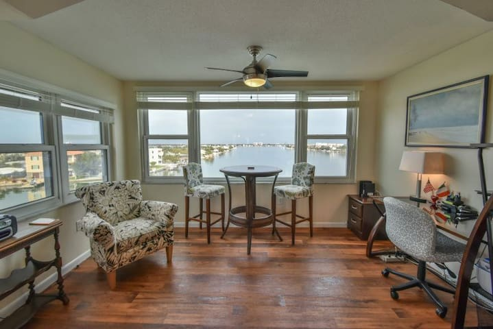 Beautiful Views Waterfront Penthouse Condo for 6!