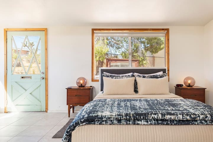 Guest House - Queen Bed