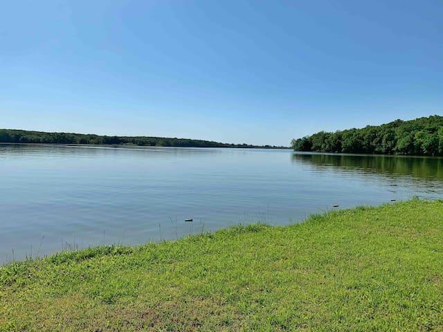 Cabin On Lake Charles w/ Kayak & Pedal Boat Rental