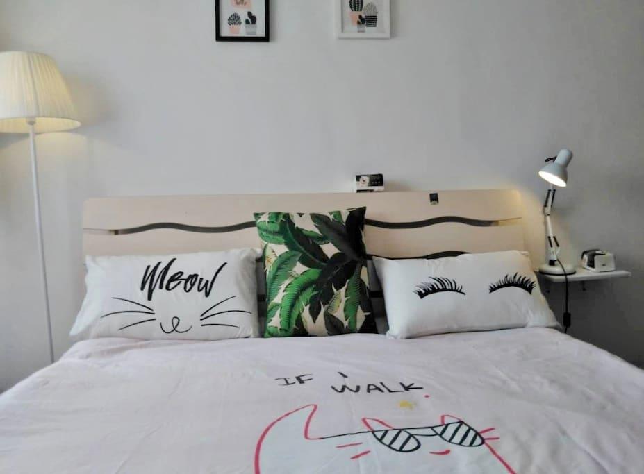 拥有1.8米*2米大床的卧室(可睡一家三口呢)