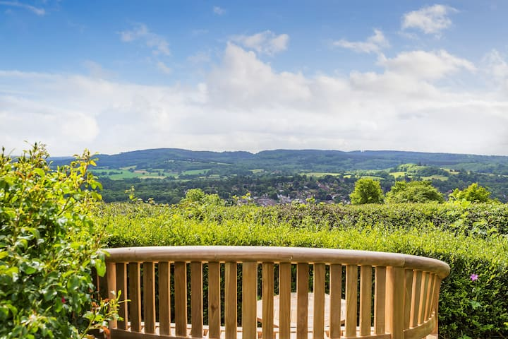 Stylish cottage with panoramic Surrey Hills views