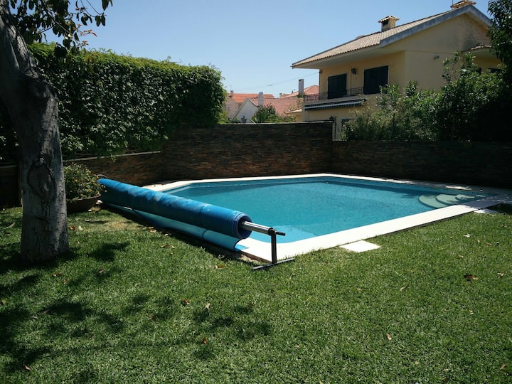 Homely mini flat with garden and pool, Parede
