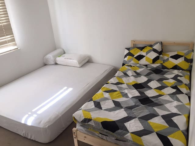 Location! big bedroom with 2 beds - Belmont - Haus