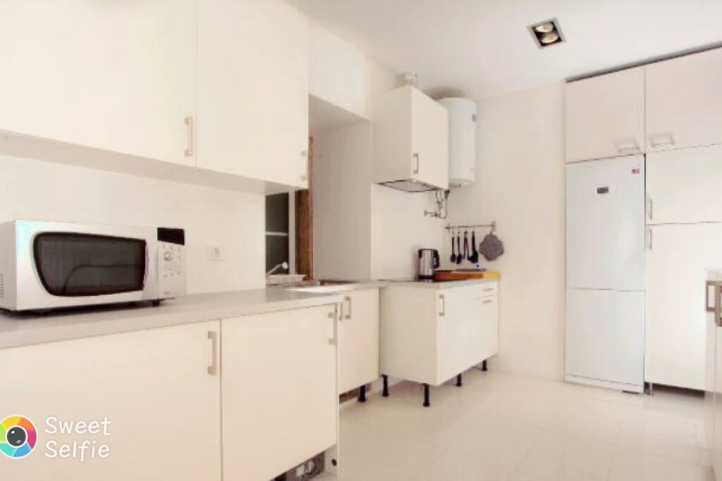 Fully equipped kitchen, with Microwave, Nespresso Machine, Teapot, Toaster