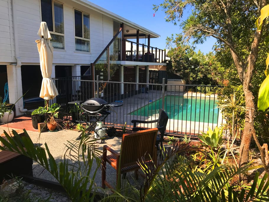 modern family beach home in noosa with large pool houses. Black Bedroom Furniture Sets. Home Design Ideas