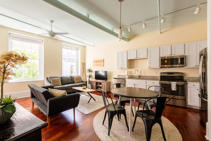 Sunny FQ CBD Condo for Work or Play Walk to Sights