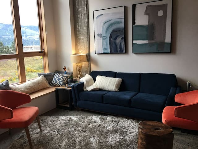 Cozy Living room with a view of the Columbia River