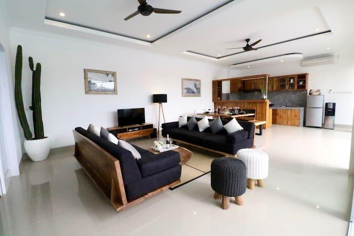 New 3 bdroom villa w pool close to Berawa beach