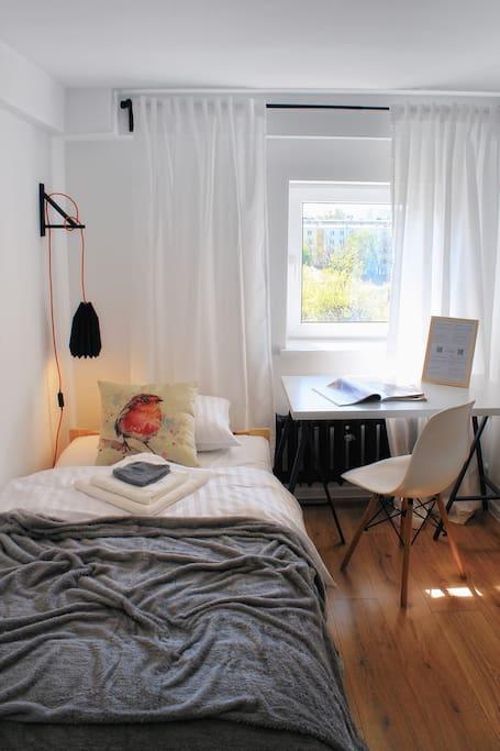 Wygodne łóżko, miejsce do pracy i świetny widok za oknem, czego chcieć więcej w podróży?