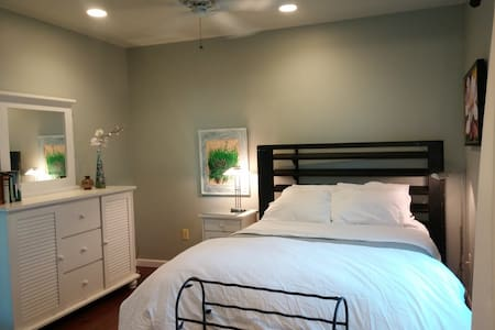 Clean modern queen room - Swampscott - House