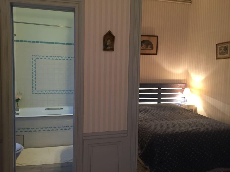 chambre avec un grand lit et salle de bain privé