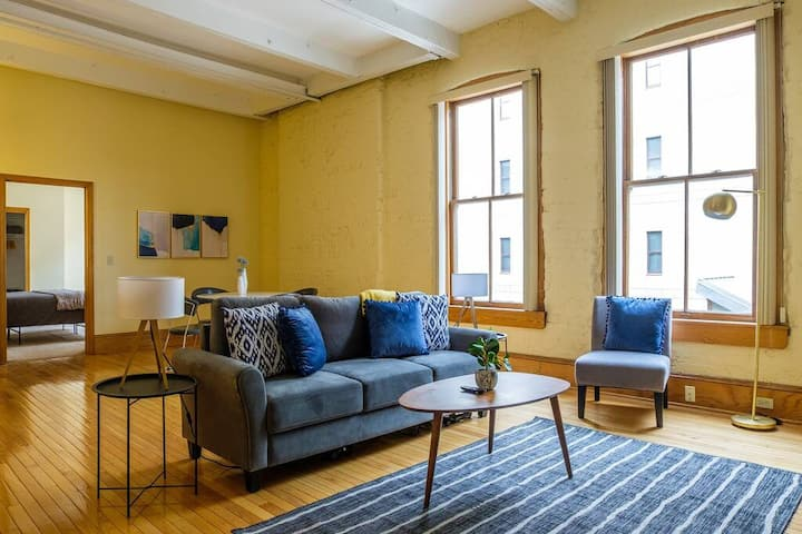 Comfortable 2BR in Heart of Downtown