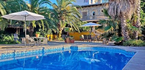 Täysi kerros Villa Tucanissa uima-altaalla.