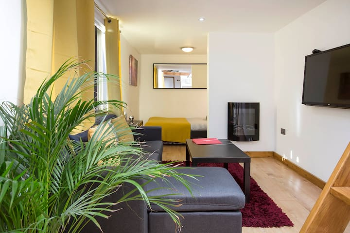 Modern, Stylish Studio flat in  Oxford. Sleeps 3