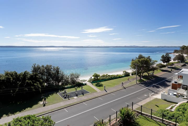 1 'Kiah', 53 Victoria Parade - stunning views, wifi, aircon, just across the road to the water