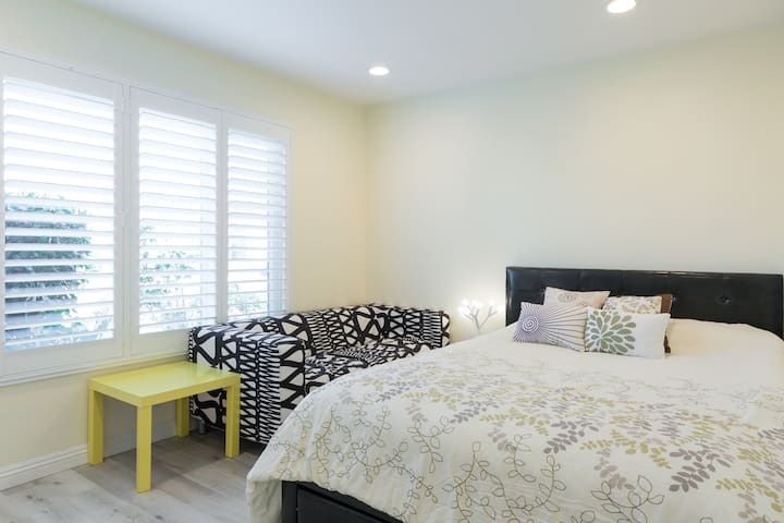 Private Bedroom/Shared Bathroom/Close to ONT
