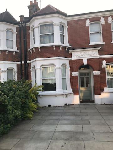 1 double bedroom flat (private parking & garden)