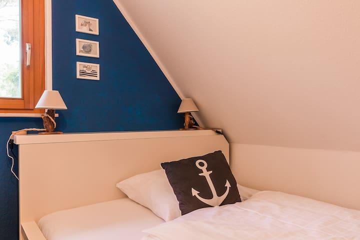 Blaues Schlafzimmer im Obergeschoss mit Doppelbett 1,60 x 2,00 m