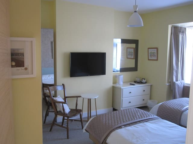 Good Sized Twin Room ,sea glimpses - Bournemouth - Haus
