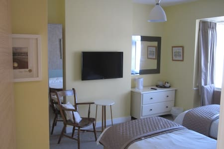 Good Sized Twin Room ,sea glimpses - Bournemouth - House