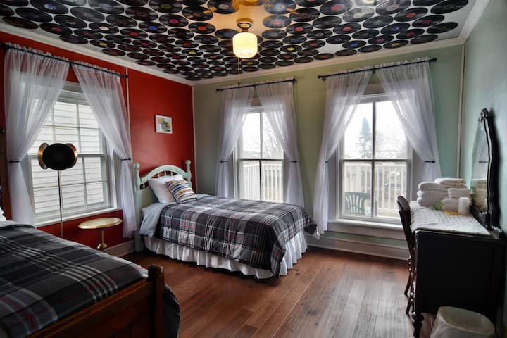 #1 Double and Twin bed, shared bath, WIFI