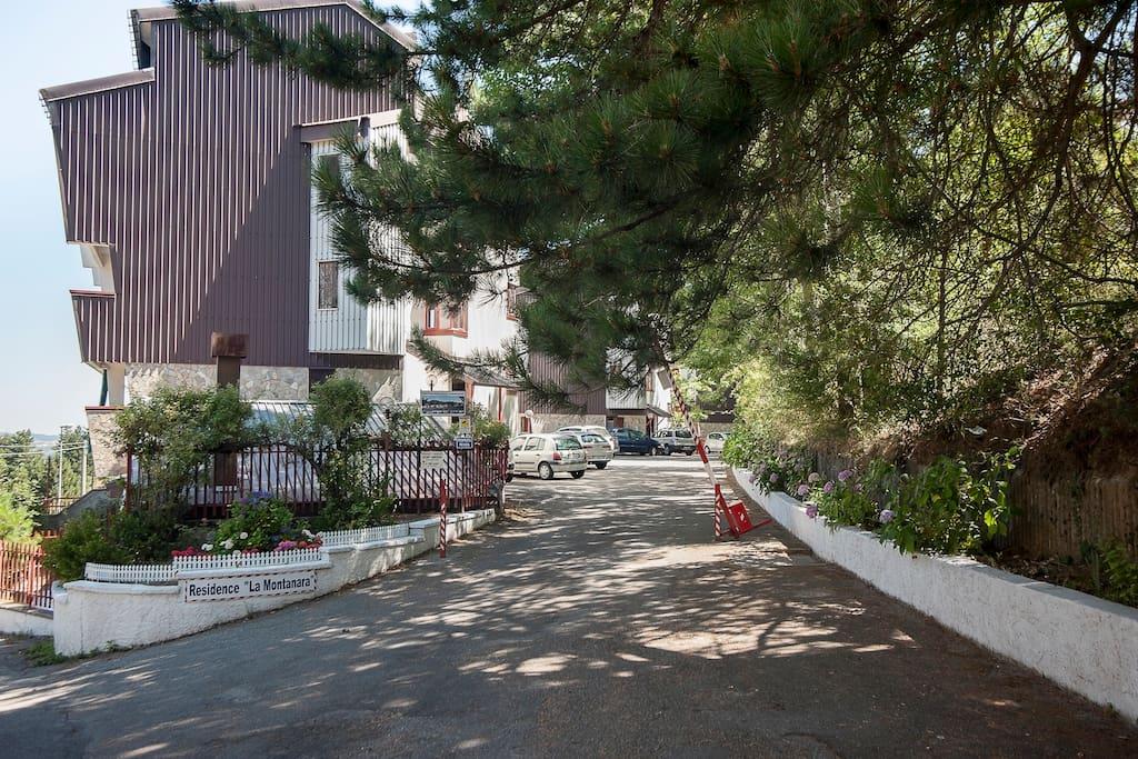 Ingresso al residence - sbarra e parcheggio privato.