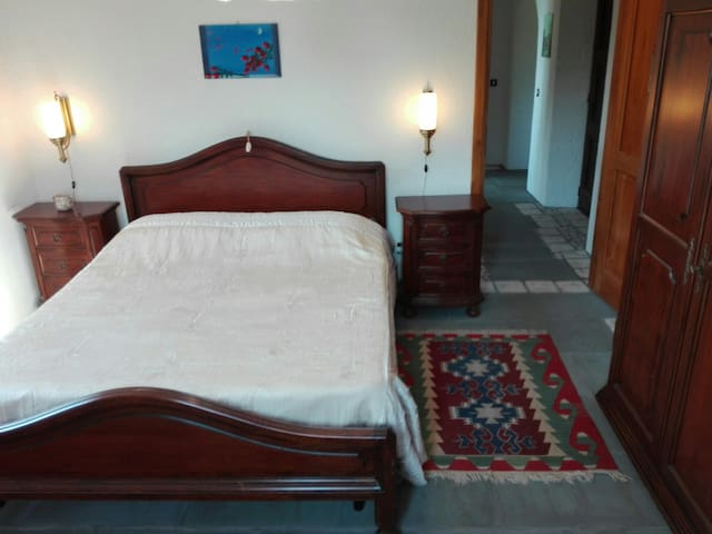 Camera Emilia, 3 posti letto, vista interni.