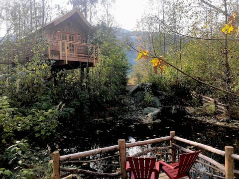 The Pond Perch Treehouse at Treehouse Juction