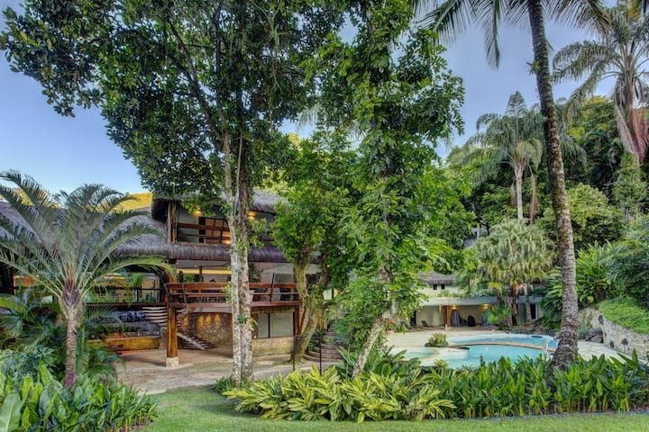 Authentic Villa with Pool and Deck giving access to the sea - ANG002
