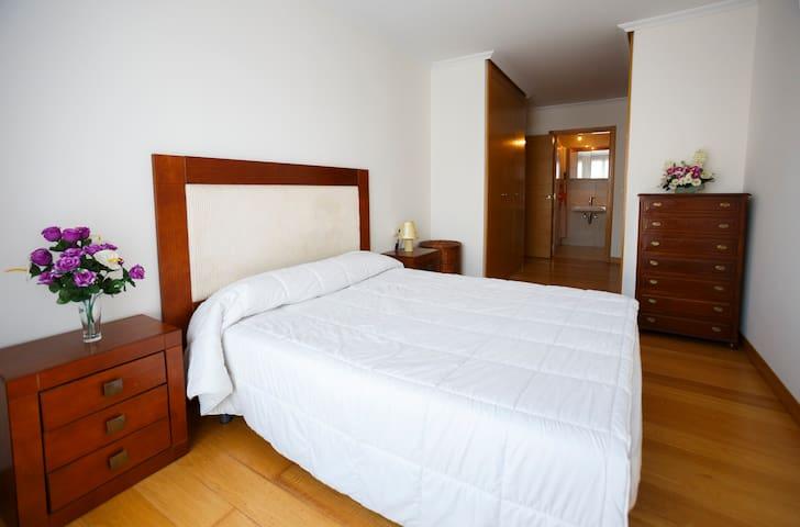 habitación privada con baño dentro de la habitación, cama de matrimonio de 1,50