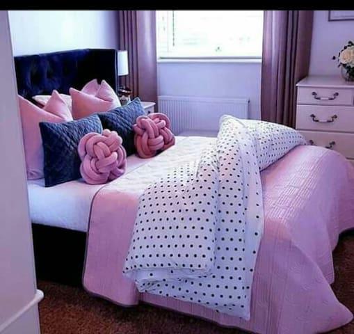 Beautiful & neat Bedroom in Windsor West Randburg