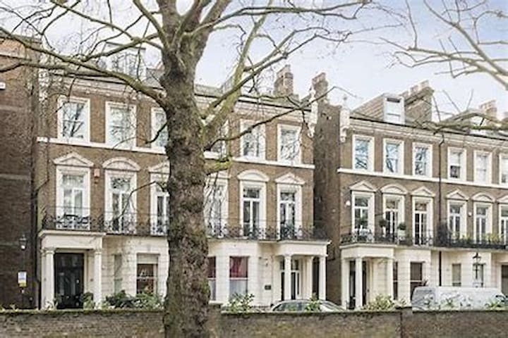 Luxury home, sleeps 8-10, walk to Holland Park!