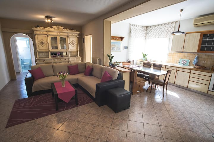 Spacious Detached House With Courtyard- Sunny Home