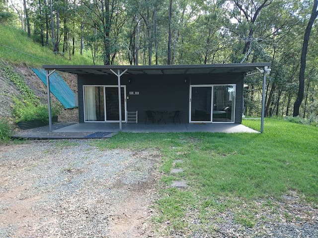 The Hideaway - Self Contained Cabin in bushland