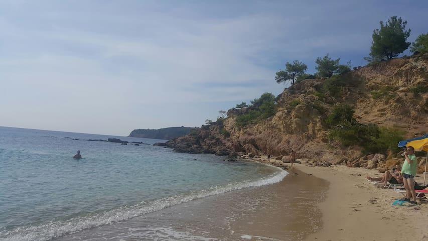 Beachfront Studio, steps to sand ! 2km from Potos