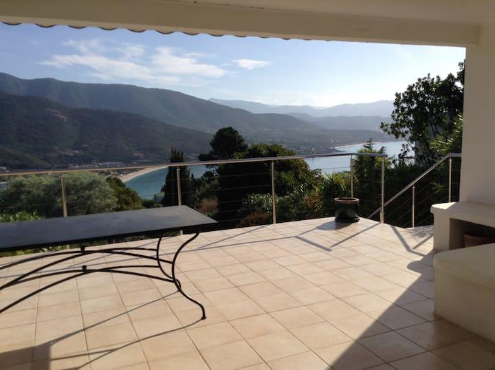 villa lumineuse terrasse vue mer et montagne