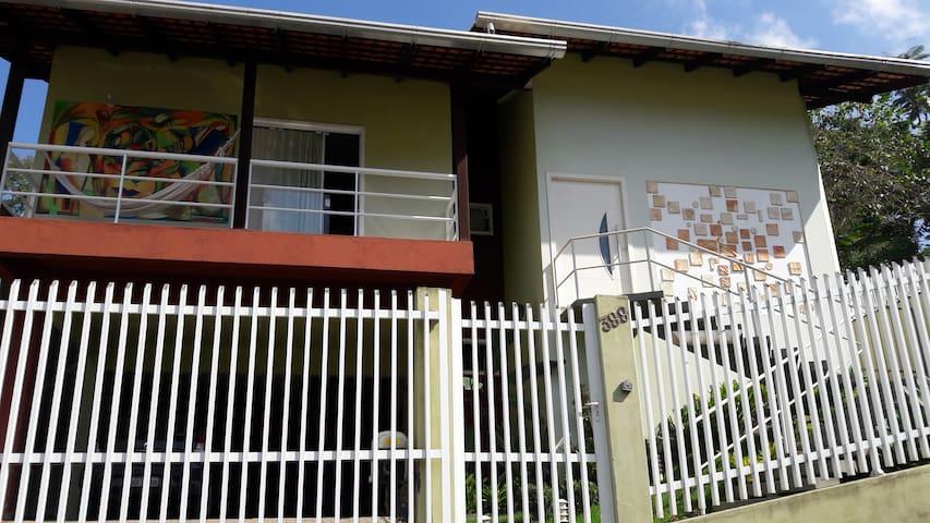 Vista externa varanda/fachada c arte 3 garagens embaixo Rua sem saída c muito verde. Tranquilidade e conforto! A 1,5 km da Vila Germânica oktoberfest