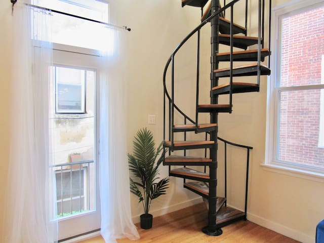 LOFT W/BALCONY~ACROSS FROM RITTENHOUSE SQUARE!