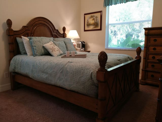 Ft Myers & Sanibel Beaches close by, Private Room