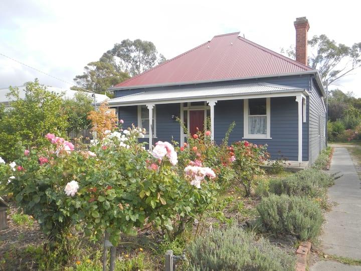 Yarram Cottage: Art and Accommodation