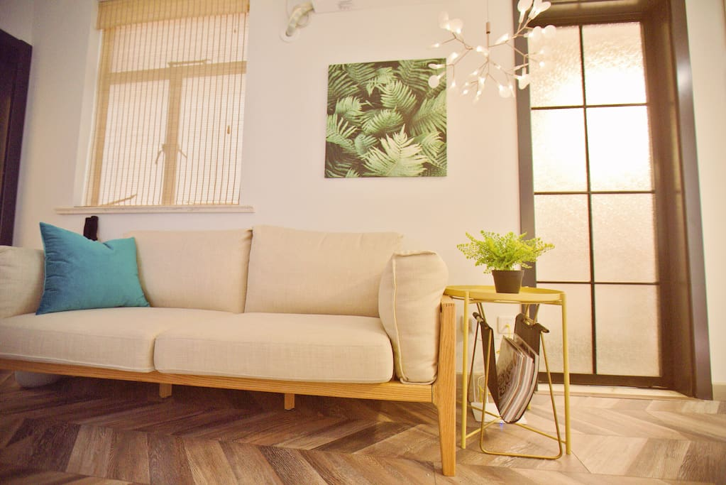 Luxurious feather filled sofa covered with natural linen help you totally relax. 舒适的羽绒沙发,表面为天然亚麻。